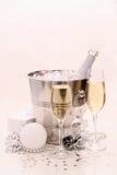 两块香槟玻璃,圣诞节球,礼物 库存照片