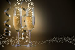 两块香槟玻璃,在金黄bokeh背景 库存照片