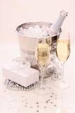 两块香槟玻璃,礼物,冰,致冷机 库存照片