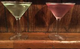 两块马蒂尼鸡尾酒充分的玻璃绿色和 免版税库存照片
