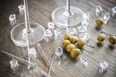 两块马蒂尼鸡尾酒玻璃用在马蒂尼鸡尾酒采撷的橄榄 库存图片