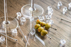 两块马蒂尼鸡尾酒玻璃用在马蒂尼鸡尾酒采撷的橄榄 免版税库存图片