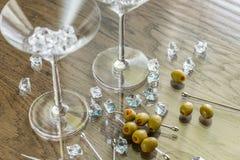 两块马蒂尼鸡尾酒玻璃用在马蒂尼鸡尾酒采撷的橄榄 免版税图库摄影