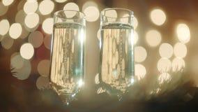 两块玻璃充满香槟和bokeh光 影视素材