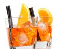两块玻璃喷开胃酒与橙色切片和冰块的aperol鸡尾酒 免版税库存照片