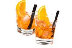 两块玻璃喷开胃酒与橙色切片和冰块的aperol鸡尾酒 免版税库存图片