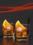 两块玻璃喷开胃酒与橙色切片和冰块的aperol鸡尾酒 免版税图库摄影