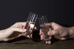 两块玻璃在人的手上,他们检查 库存图片