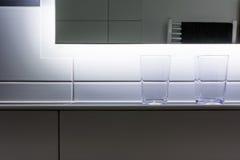 两块玻璃工作台面现代卫生间内部镜子细节 免版税库存照片