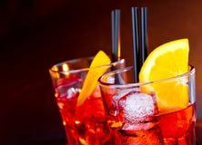 两块玻璃特写镜头喷开胃酒与橙色切片和冰块的aperol鸡尾酒 免版税库存图片