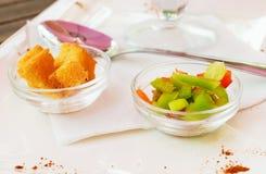 两块玻璃玫瑰华饰用油煎方型小面包片和菜。 库存图片