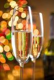 两块玻璃用反对闪耀的圣诞树的香槟 图库摄影