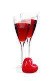 两块玻璃用在白色隔绝的红葡萄酒和红色心脏 库存照片