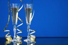 两块玻璃用在蓝色样式的香槟在桌上 免版税图库摄影