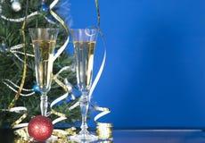 两块玻璃用在蓝色样式的香槟在桌上 免版税库存照片