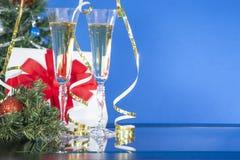两块玻璃用在蓝色样式的香槟在桌上 库存照片