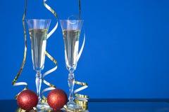 两块玻璃用在蓝色样式的香槟在桌上 图库摄影