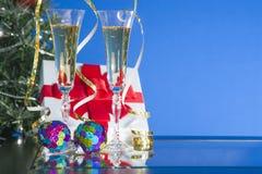 两块玻璃用在蓝色样式的香槟在桌上 库存图片