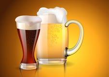 两块玻璃用用梯度创造的黑暗和低度黄啤酒捕捉 库存照片
