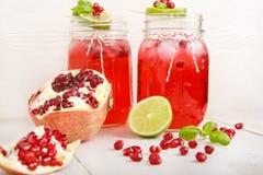 两块玻璃用红色pomgranate汁液、石灰和薄菏。 库存照片