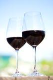 两块玻璃用红葡萄酒,外面 库存照片