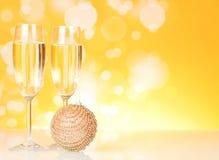 两块玻璃用香槟和圣诞节玩具 库存图片