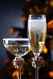 两块玻璃用香槟和圣诞节装饰品 免版税库存照片