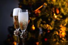 两块玻璃用香槟和圣诞节装饰品 图库摄影