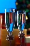 两块玻璃用香槟和圣诞节装饰品 免版税图库摄影