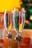 两块玻璃用香槟和圣诞节装饰品 免版税库存图片