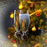 两块玻璃用香槟和圣诞节装饰品 库存照片