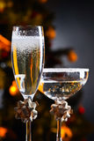 两块玻璃用香槟和圣诞节装饰品 库存图片