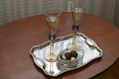 两块玻璃用香槟和巧克力在一个银色盘子 库存图片