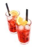 两块玻璃看法上面喷开胃酒与橙色切片和在白色隔绝的冰块的aperol鸡尾酒 库存照片