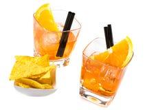 两块玻璃看法上面在炸玉米饼芯片附近喷开胃酒与橙色切片和冰块的aperol鸡尾酒 免版税库存图片