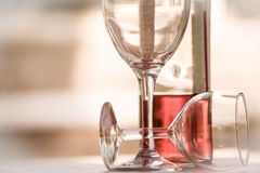 两块玻璃水平半满的瓶玫瑰酒红色的白天 库存图片