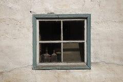 两块玻璃玻璃水瓶在一个老房子的窗口里 免版税库存图片