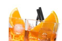 两块玻璃细节喷开胃酒与橙色切片和冰块的aperol鸡尾酒 图库摄影
