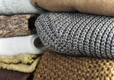 两堆在水平的整个背景的温暖的毛线衣 免版税库存图片