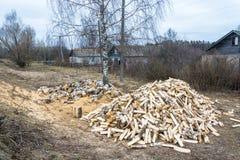两大堆桦树木柴 免版税库存照片