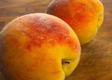 两大桃子 免版税库存照片