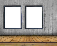 两大空白的广告牌附加一个混凝土墙里面与木地板 图库摄影