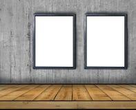 两大空白的广告牌附加一个混凝土墙里面与木地板 库存图片