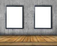 两大空白的广告牌附加一个混凝土墙里面与 库存图片