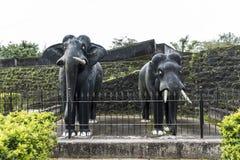 两头在马迪凯里堡垒里面的与实物大小一样的石工黑色石头大象雕塑在Coorg卡纳塔克邦印度 免版税库存图片