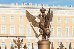 两头老鹰铜雕塑在宫殿正方形的在圣彼德堡,俄罗斯 免版税库存图片