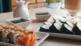 两套在一个时髦,美妙地装饰的咖啡馆的寿司卷 在桌上的餐馆日本烹调在寿司旁边 影视素材