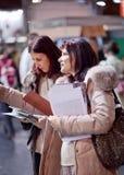 两女商人在陈列室里 免版税库存图片