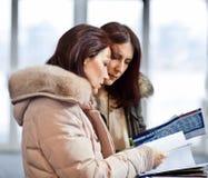两女商人在陈列室里 免版税库存照片