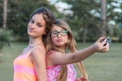 两女孩在草甸 免版税库存图片